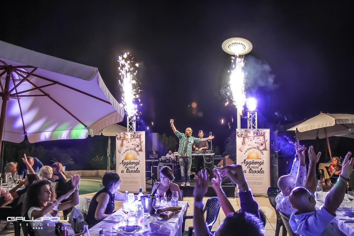 La cena spettacolo a bordo piscina gallipoli resort 21 for Cena in piscina